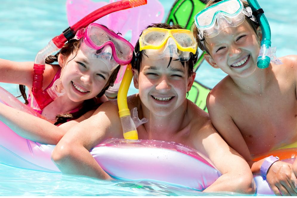 Schwimmende Kinder