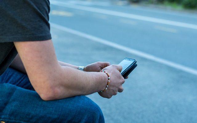 Straße und Handy